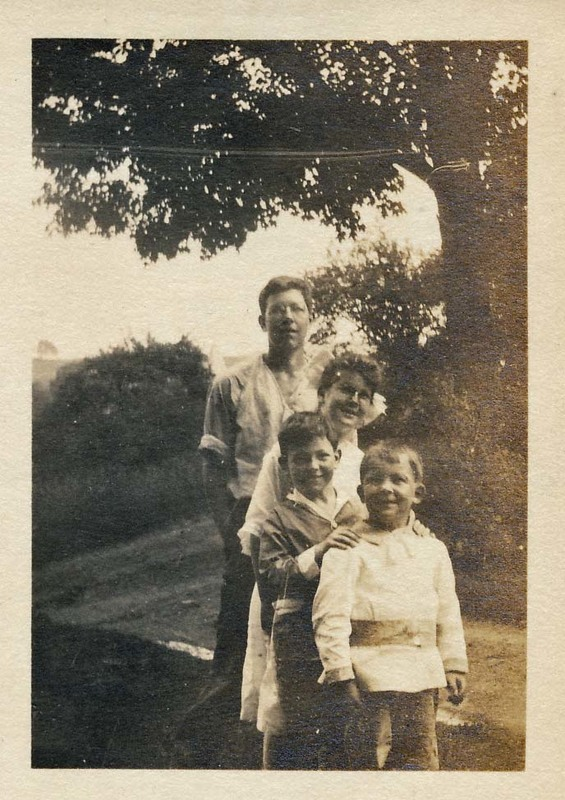 Hassell children c. 1915.jpg